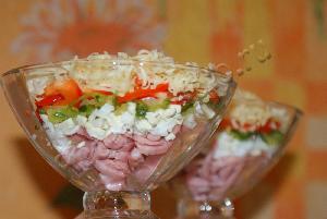 Салат-коктейль с ветчиной, сыром и болгарским перцем.