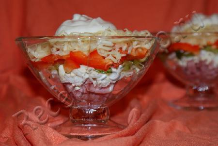 Рецепт: Салат-коктейль с ветчиной, сыром и болгарским перцем.